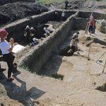Ученые-археологи отыскали 4800-летние останки матери с сыном наруках